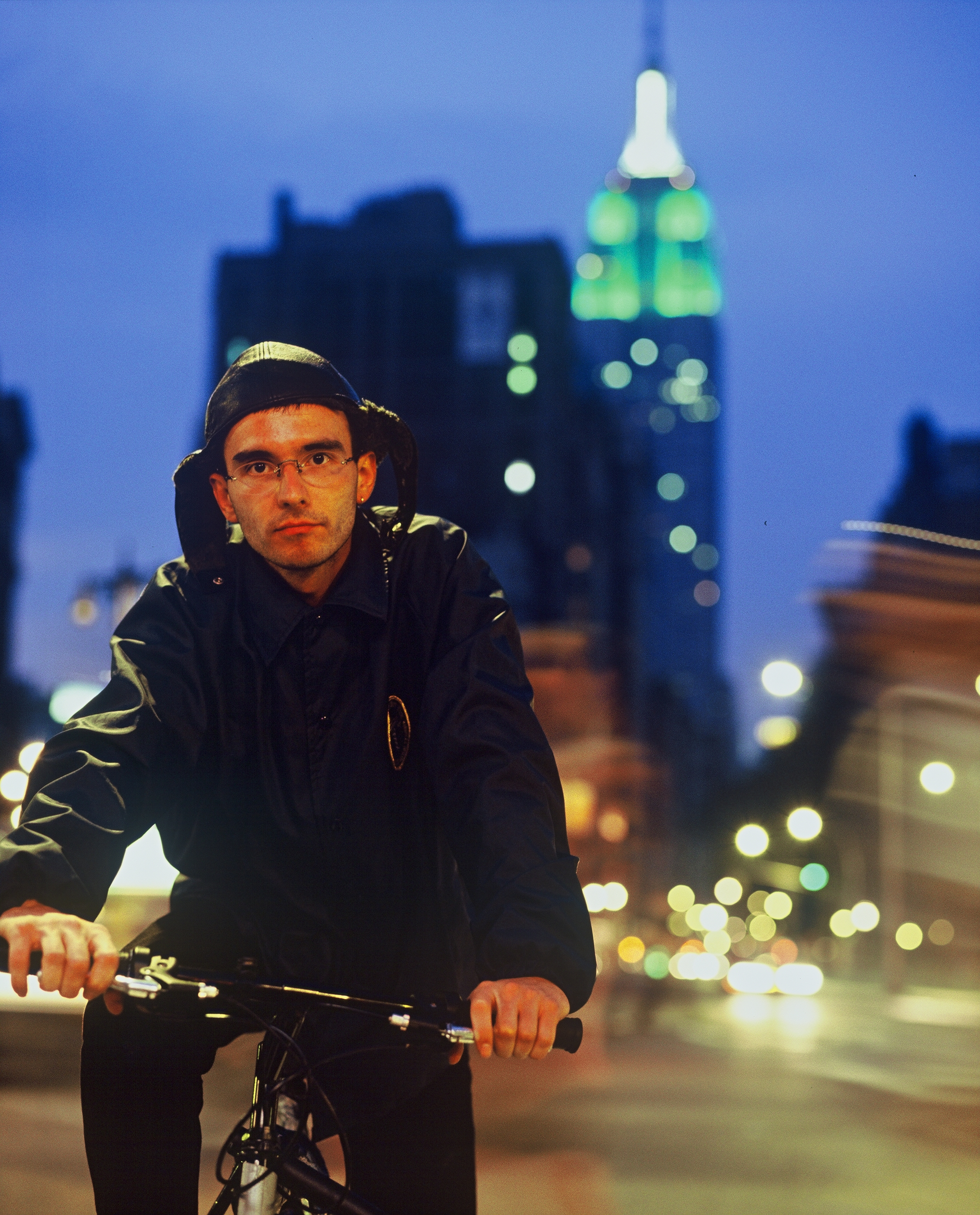qua_Mark_Benecke_on_Bike_Empire_State_NYC_by_martin_schoeller_ask_him_for_permission